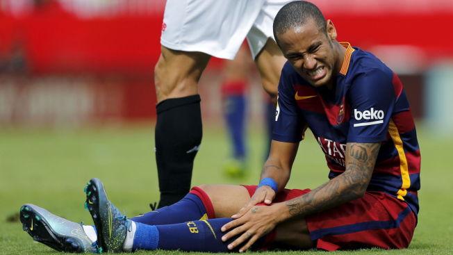 <p>SUSPENSJON? Barcelonas Neymar er i smerter under en kamp mot Sevilla den 3. oktober. Kanskje vil han etter hvert måtte se en rekke kamper fra sidelinjen.</p>