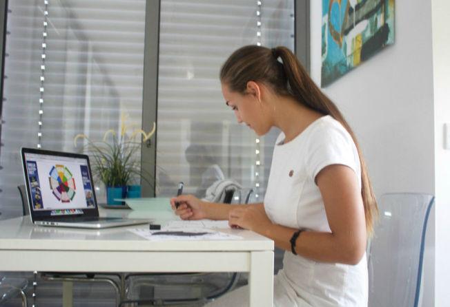 <p>POPULÆR: Anna Rasmussen (19) driver bloggen «Mamma til Michelle» som ifølge blogglisten.no er Norges mest leste for øyeblikket. Hun dukker i år opp i skattelistene for første gang, og hadde en inntekt på 612 662 kroner i 2014.<br/></p>