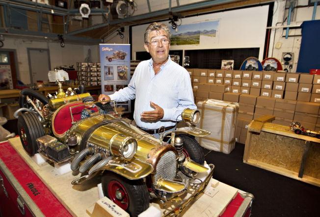<p>STRIDENS KJERNE: Remo Caprino med en modell av bilen Il Tempo Gigante. FOTO: ROGER NEUMANN/ VG</p>