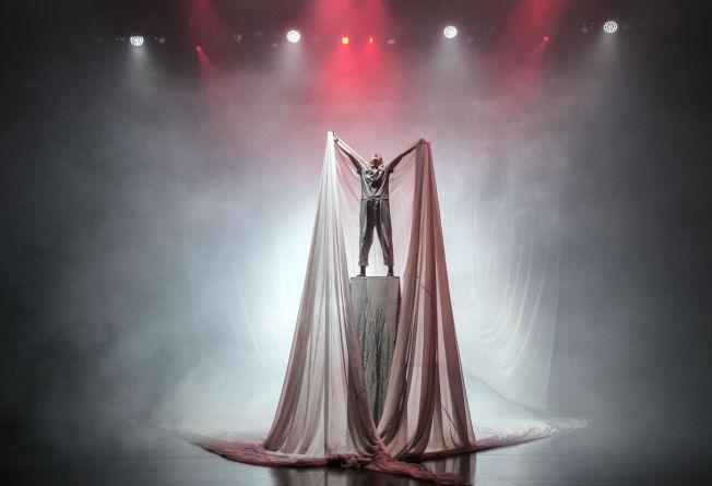 <p>LITE MENNESKE i en enorm og ukontrollerbar virkelighet: Ane Dahl Torp i «Solaris korrigert» på Det norske teatret.</p>
