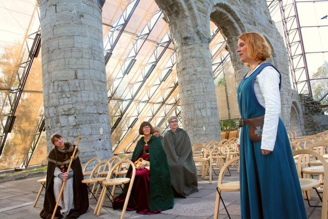 <p>SYNGENDE GUIDE: Blant domkirke-ruinene møter guide Tone Østli oss med gregoriansk sang, så guddommelig vakkert at tårene triller.<br/></p>