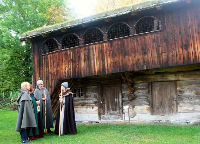 <p>GAMMELT TØMMER: Hamar ble bispesete alt i 1152, og på Domkirkeodden finner du trebebyggelse fra middelalderen, som denne «høgstua» (loft) fra Skråstad Nedre i Vang.</p>