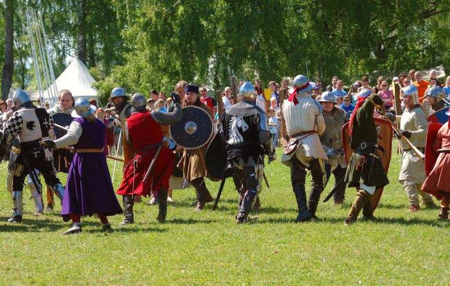 <p>RIDDERKAMP: Det går hett for seg under de årlige middelalder-festivalene på Hamar. Ute på gressvollene rundt domkirkeruinene utkjempes drabelige ridderkamper med hester, lanser, sverd og skjold – foran et imponert publikum. Foto: Jan Haug, Domkirkeodden</p>