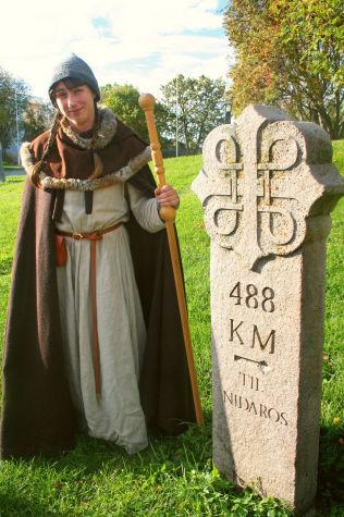 <p><br/> LANGT IGJEN: Neppe særlig oppmuntrende, men på Hamar fikk pilegrimene på vei mot Nidaros beskjed om hvor langt de hadde igjen å gå, viser Linda Fredriksberg, museumsformidler på Domkirkeodden.</p> <p></p>