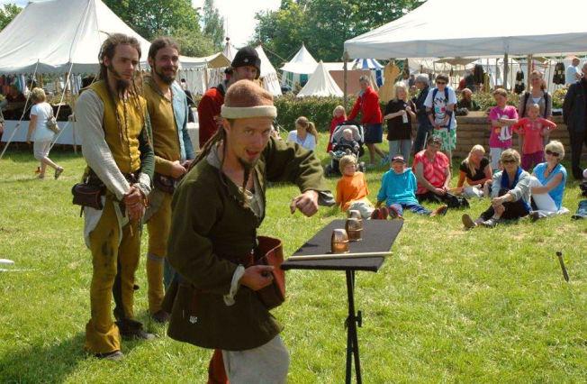 <p>FAMILIEVENNLIG: Gjøglere i tidsriktige gevanter underholder publikum under den årlige Middelalder-festivalen på Hamar. Foto: Privat<br/></p>