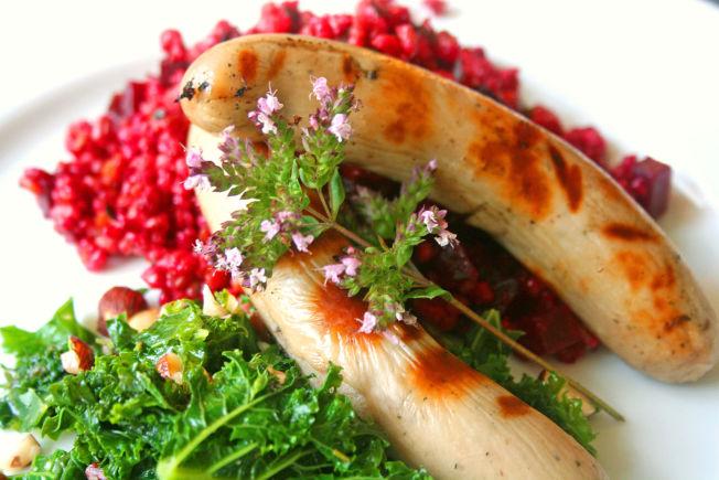 <p>MIDDELADER-MAT: Slik du får den servert på gården Bryhni Søndre. «Middelalderpølsa» fra Brovold på Stange er anrettet med byggryn, rødbeter og urter som sar og isop – samt grønnkål innrørt med honning, smør og nøtter.<br/></p>
