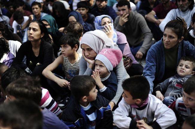 <p>SLITNE: Syriske flyktninger holder en «sitt-ned-protest» i Edirne i Tyrkia denne måneden for å få lov til å reise videre til Hellas eller Bulgaria.</p>