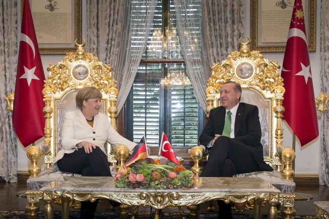 <p>GYLDEN ANLEDNING: Angela Merkel og Tayyip Erdogan viser seg frem for sitt hjemlige publikum under fellesseansen, men ekspertene tror den nye flyktning-avtalen vanskelig kan realiseres.<br/></p>