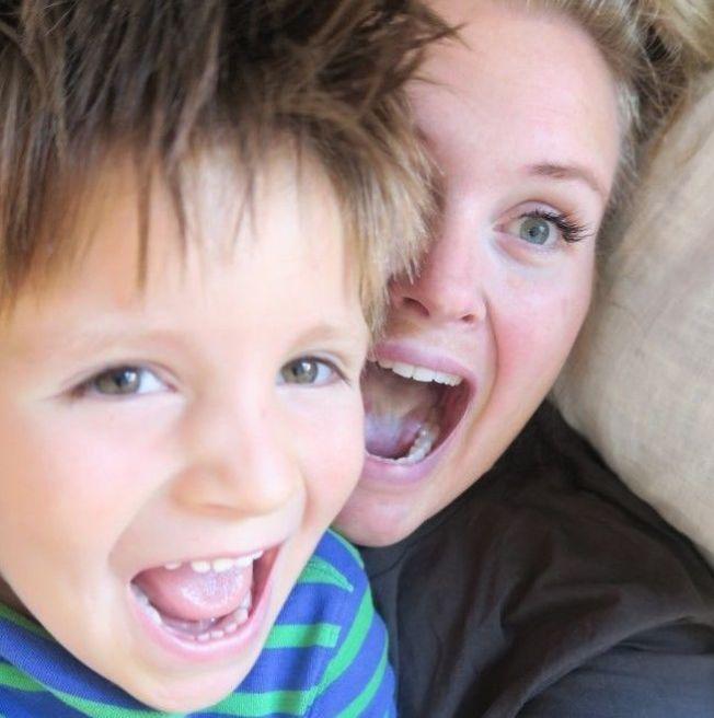 <p>SKAL FEIRE: Tidemann og mamma Thea Klingenberg skal feire halloween 31. oktober. Det provoserer mange.<br/></p>
