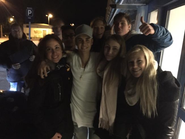 <p>ET SISTE MØTE MED NORSKE FANS: Justin Bieber tok seg tid på Gardermoen lufthavn til Iren Møller (t.v.), Sigrid Næss og Maren Næss fra Nannestad. Foto: PRIVAT</p>