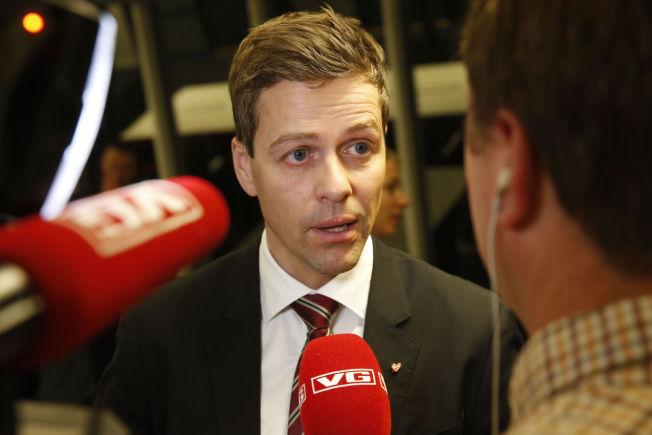 <p>UENIG: Knut Arild Hareide mener det ikke er nødvendig å bruke bistandsmidler på flyktningstrømmen. Han vil heller bruke oljepenger.<br/></p>