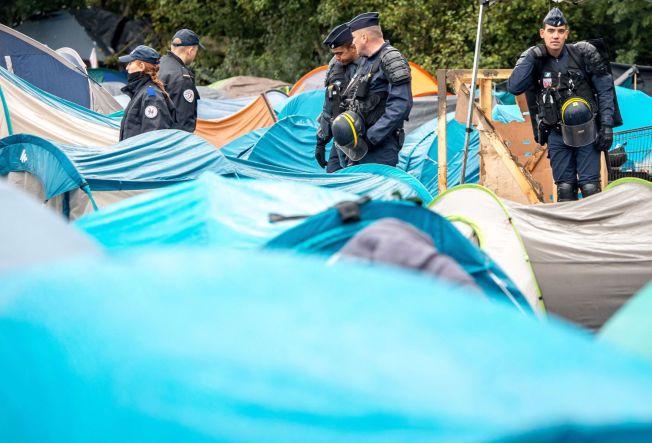 <p>SMUGLERJAKT: Fransk politi har økt innsatsen mot britiske smuglere. Her aksjonerer de i leiren, Grande-Synth utenfor Dunkerque. Rundt 1600 flyktninger har tilhold her, forholdene er trøstesløse og nå står vinteren for døren.</p>