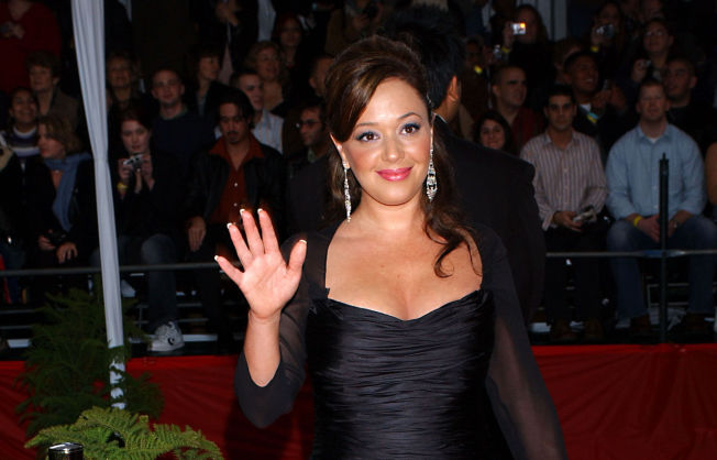 <p>RØD LØPER: Skuespiller Leah Remini ankommer People's Choice Awards i januar 2005.<br/></p>