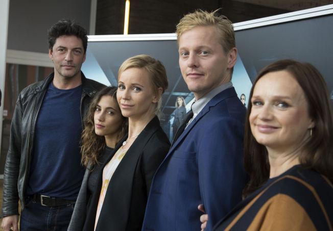 <p>NYE FJES: Reuben Sallmander, Sarah-Sofie Boussnina, Thure Lindhardt og Maria Kulle er alle nykommere som er blitt med Sofia Helin (i midten) i sesong 3.<br/></p>