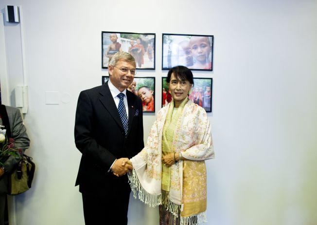 <p><b>VEISKILLE:</b> – Om militærpartiet holder sine løfter kan vi forvente en ny tid i Myanmar hvor demokratisk valgte politikere kan være med å forme landets fremtid. Valget er et veiskille i landets historie, skriver tidligere statsminister Kjell Magne Bondevik. Bildet fra Aung San Suu Kyis besøk i Oslo i 2012.<br/></p>