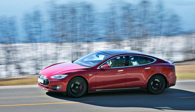 <p>SUPEREL: Denne Tesla Model S P85D ble markedsført med hele 700 hk. Nå markedsføres den samme bilen med 231 hk mindre. Foto: JAN PETTER LYNAU<br/></p>