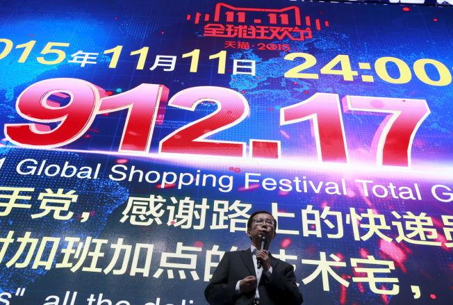 <p>KJØPEFEST: Alibaba-direktør Daniel Zhang snakker foran en skjerm som viser summen selskapet solgte bare på onsdag.<br/></p>