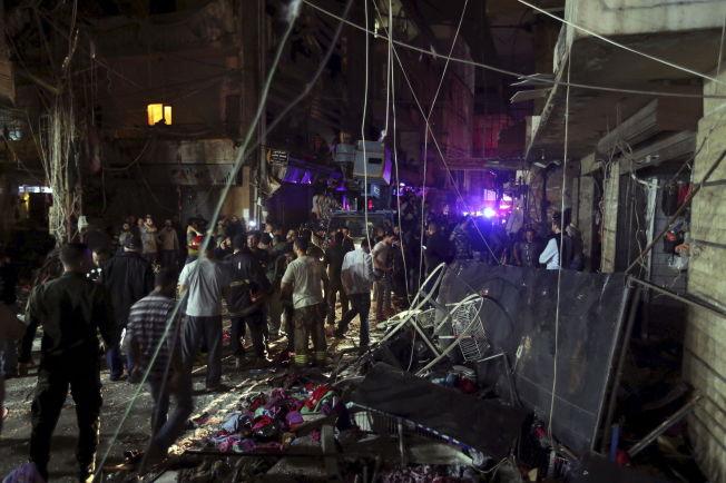 <p>RUINER: Innbyggerne i Bourj al-Barajneh står ved åstedet for to selvmordsangrep torsdag. Flere titalls mennesker er døde og over 100 er såret.<br/></p>