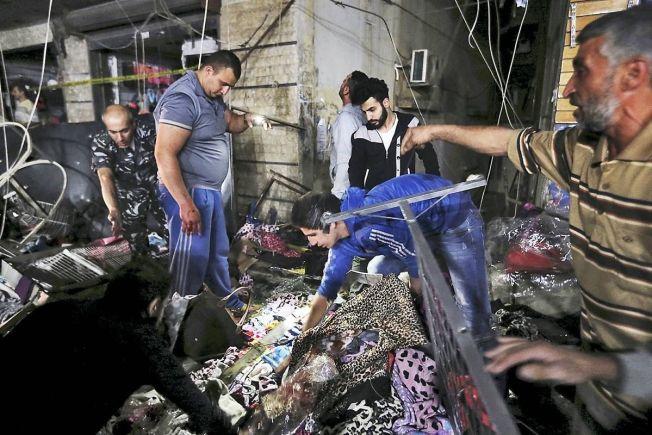 <p>RUINER: Innbyggerne i Bourj al-Barajneh står ved åstedet for to selvmordsangrep torsdag. Flere titalls mennesker er døde og over 100 er såret.<br/></p> <p><br/></p>