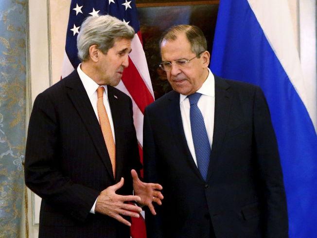 <p>MÅ SNAKKE SAMMEN: Utenriksministrene Sergej Lavrov (R) og John Kerry møttes til Syria-samtaler i Wien i dag.</p>