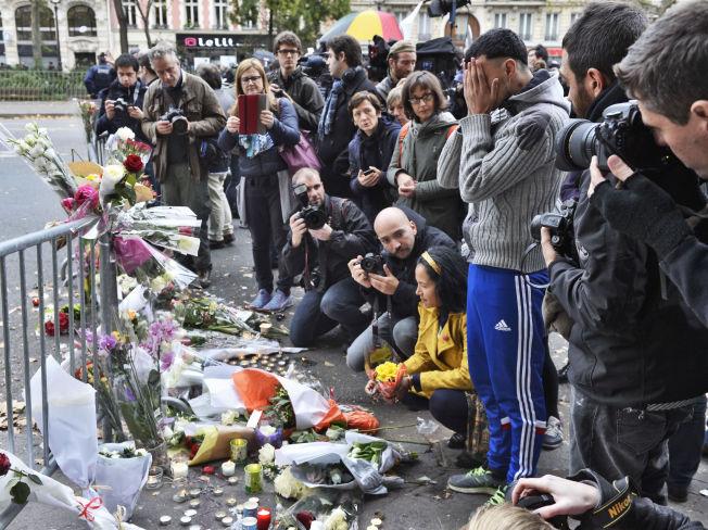 <p>PARIS-TERROR: Innbyggerne i Paris har gjennom helgen lagt ned blomster til minne om alle de drepte etter fredagens terrorangrep flere steder i den franske hovedstaden.<br/></p>