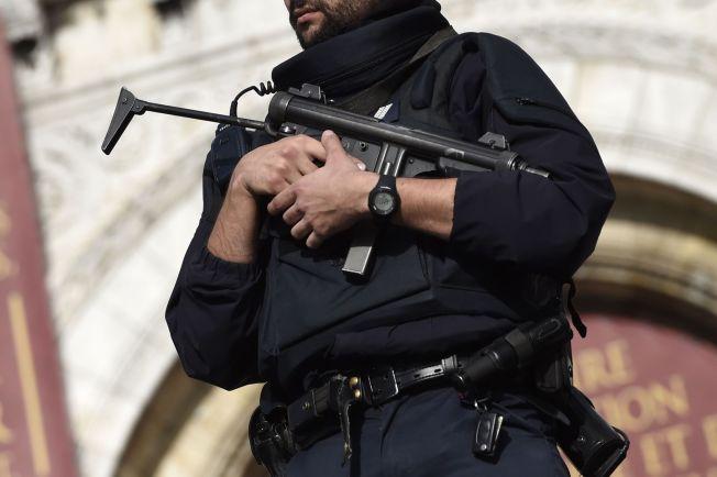 <p>VAKTHOLD: Politi patruljerer foran den kjente kirken Sacre Coeur i Paris etter terrorangrepene fredag.<br/></p>