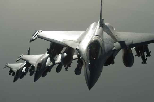 <p/> <p>BOMBER: I slutten av september begynte franske fly å bombe IS i Syria. De seks jagerflyene er en del av den USA-ledede koalisjonen, og skulle bombe en IS-treningsleir øst i Syria.<br/></p>