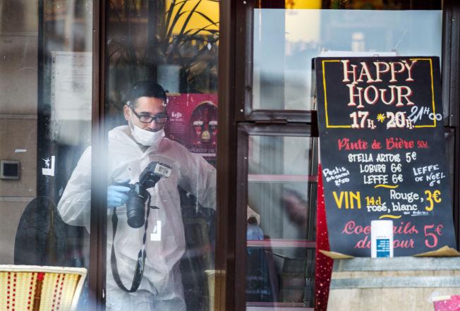 <p/> <p><b>ETTERFORSKER:</b> Teknikere fra politiet sikrer spor på en restaurant i Boulevard Voltaire, et multietnisk minglestrøk og et symbol på hva terroristene forakter.</p>