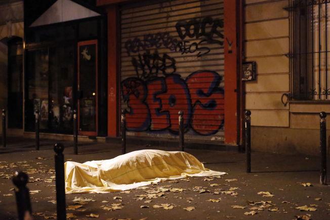 <p>BRUTALT SKUTT NED: Et offer for nedslaktingen på konsertarenaen Le Bataclan ligger tildekket på gaten utenfor. De siste ukenes terror kan ha ført Russland og Vesten sammen i kampen for en løsning i Syria.<br/></p> <p><br/></p>
