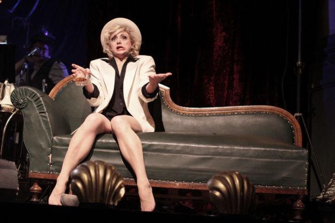 <p>SENSUELL: Hilde Louise Asbjørnsen får finanskrisen til å bli sensuell. Foto: HELENE RØANG SIMONSEN/CHRISTIAN PARKSTAD</p>