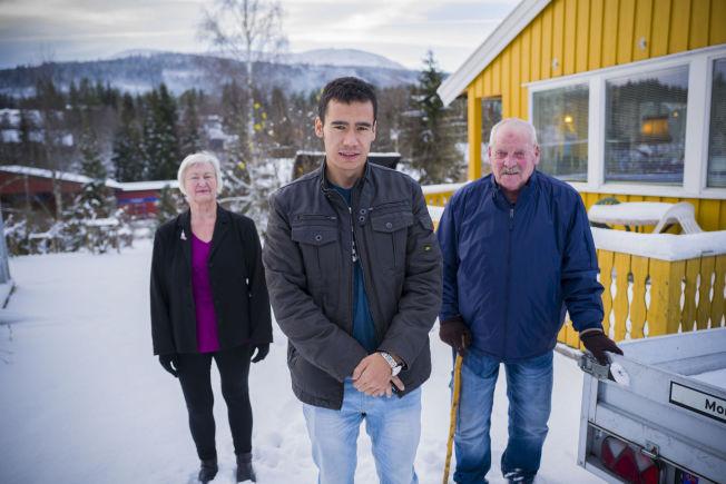 <p>STILLER OPP: Ragnhild Teppen og Asbjørn Hildremyr kaller Ismat for sin «bonussønn». Ismat har bodd hos ekteparet fra Trysil de siste årene.</p>