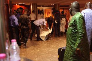 <p>TRAGEDIE: Malisk sikkerhetspersonell dekker til en død person inne på Radisson Blu-hotellet i Bamako fredag.<br/></p>