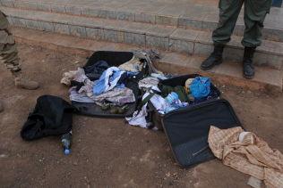 <p>VÆPNET TIL TENNENE: En malisk soldat viser frem en koffert med forsyninger og granater som de mener angriperne brukte under stormingen av hotellet i Bamako.</p>