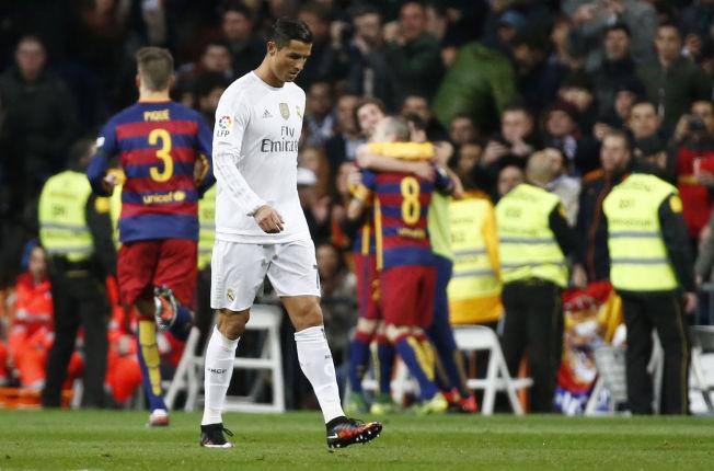 OPPGITT: Cristiano Ronaldo rusler mot midtsirkelen, mens Barcelona-spillerne jubler i bakgrunnen. El Clasico ble en stor nedtur for hovedstadslaget.