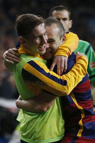 GLADE GUTTER: Lionel Messi gratulerer Andres Iniesta med 3-0 scoringen. Rett etterpå kom Messi på banen.