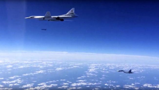 <p>FRA NORGE TIL SYRIA: Dette bildet fra det russiske forsvarsdepartementet viser en TU-160 som fredag morgen slipper en krysserrakett over Syria. Dette er trolig ett av flyene som timer tidligere fløy langs norskekysten på vei mot krigssonen.<br/></p>