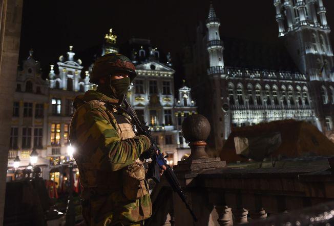 <p>TERRORALARM: En belgisk soldat holder vakt på Brussels berømte Grand Place. I tre dager har beredskapen vært på høyeste nivå.</p>
