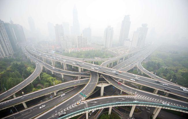 <p>EKSTREM LUFT: Kina kommer til å forplikte seg til å få kontroll på sine CO2-utslipp under klimatoppmøtet i Paris. USA har lovet å redusere sine utslipp - noe som kan gjøre klimamøtet historisk. Bildet er fra 19. april i år i Shanghai, Kina - og viser sterk luftforurensning og høy biltrafikk.</p>