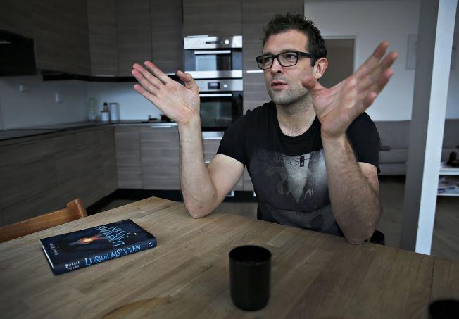 <p>SKRIVER PÅ KJØKKENET: Her på kjøkkenet i huset på Sotra er boken «Luridiumstyven» blitt til. Bobbie Peers (41) er snart ferdig med bok to i serien om William Wenton som er solgt til hele 31 land.</p>