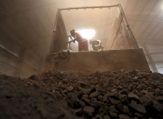 <p>SVART FREMTID: Arbeidere losser kull i Ahmedabad. Kullfyring dekker mer enn halvparten av Indias energibehov.</p>