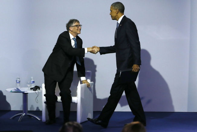 HANDSHAKE: Bill Gates hilser på Barack Obama før lanseringen av klimainitiativet Mission Innovation i Paris mandag.