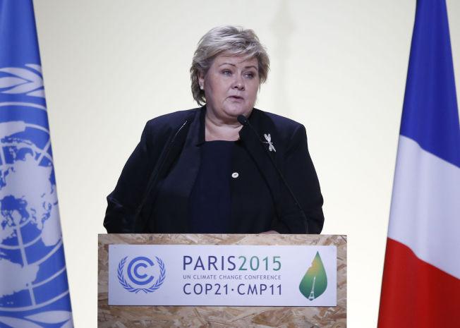 TALTE: Statsminister Erna Solberg på talerstolen under klimatoppmøtet i Le Bourget utenfor Paris mandag.