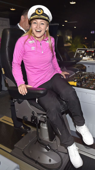 <p>KLAR KAPTEIN: Stine BredalOftedal tredde på seg kapteines lue ved avgangen fra Norge. Lørdag starter håndbvall-VM.<br/></p>