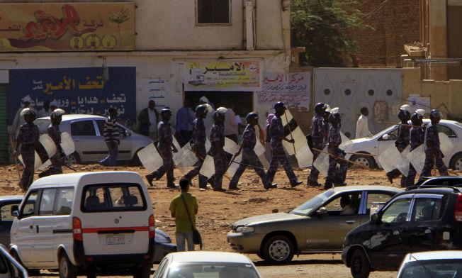 BRUTALT: Tungt væpnet politi patruljerer Khartoums gater og slår ned på studenter som demonstrerer i 2011.