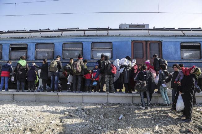 PÅ FLUKT: Flyktninger går om bord i et tog etter å ha krysset grensen mellom Makedonia og Serbia tidligere denne måneden.
