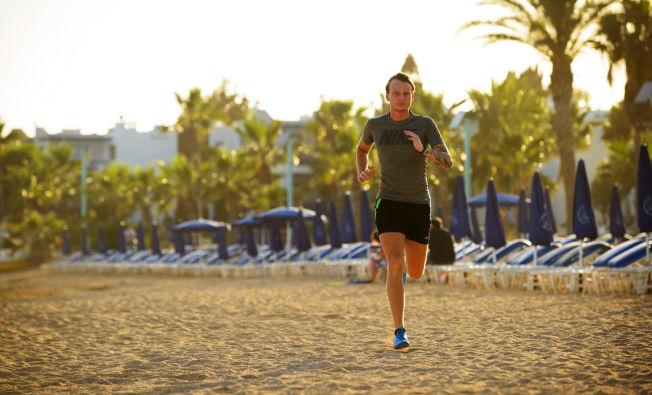 <p>STRANDLØPING: Etter noen timer på solsengen kan det gjøre godt med en løpetur, som her i Ayia Napa på Kypros.</p>