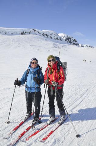 <p>FINNER SKI-FORMEN: Ingvild Sønstabø og Ida Amelie Helgesen på vei fra Breistølen til Finse i Skarvheimen.</p>