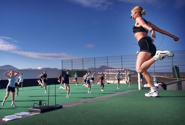 <p>AEROBIC PÅ TUR: Feriesenteret Club La Santa på Lanzarote har utendørs aerobic med svenske Erica som instruktør.</p>