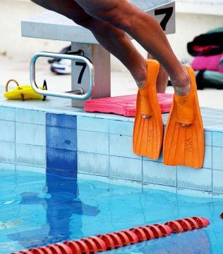 <p>STUP I DET: Feriesenteret Club La Santa har svømmebasseng som egner seg for svømmetrening. Her hopper en turist med oransje svømmeføtter ut i bassenget.</p>