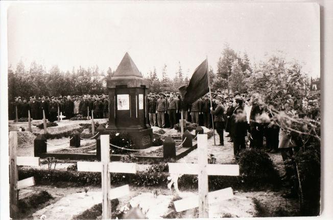 <p>STOD IMOT: «Russerkirkegården» på Mo i Rana ble innviet våren 1945. På bildet står overlevende fanger, som hedrer de 90 gravlagte kameratene som fremdeles hviler i jorden på byens kirkegård.</p>